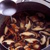 Приготовьте соус с курицей, шиитаке и морковью